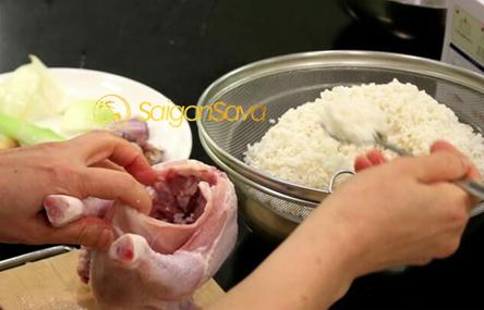 Đầu tiên nhồi gạo và cho các loại khác vào gà