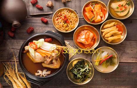 Ăn gà hầm kèm kim chi và các món khác